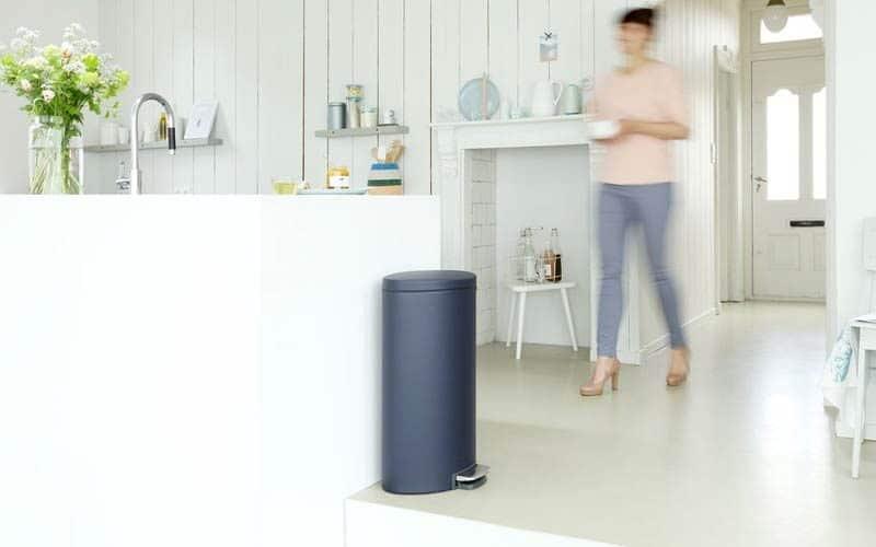 blauwe-grijze-afvalbak-in-keuken-800x500