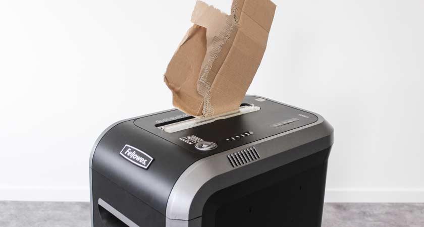 karton-in-papierversnipperaar-versnipperen
